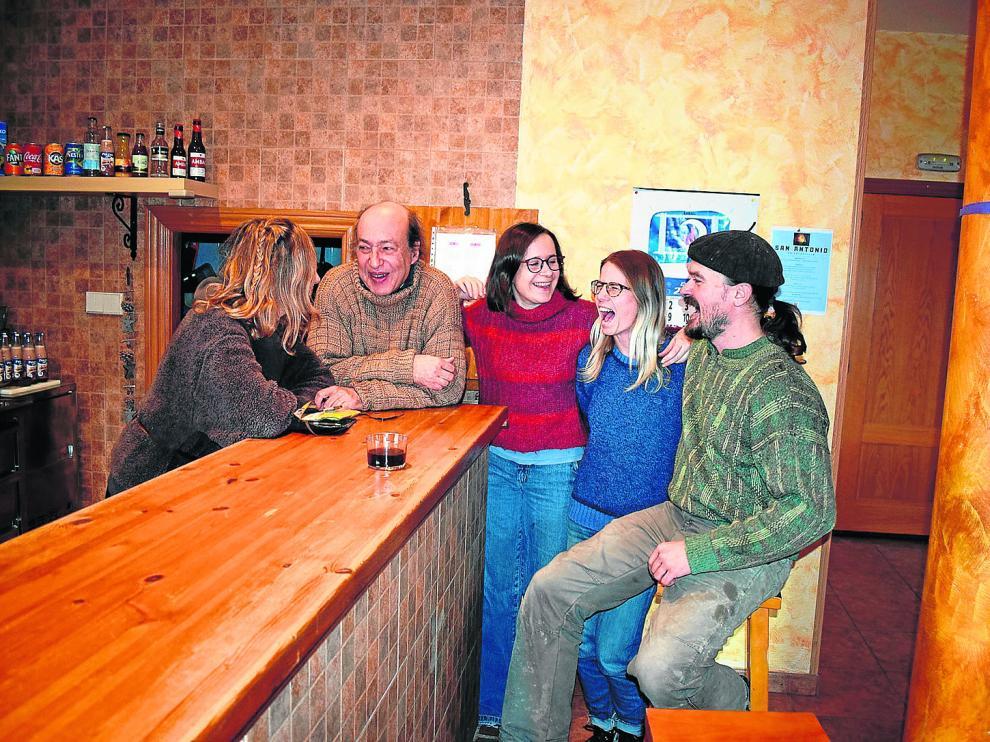Rosa María, Víctor, María José, Gema y Jessie, en el bar de Secastilla
