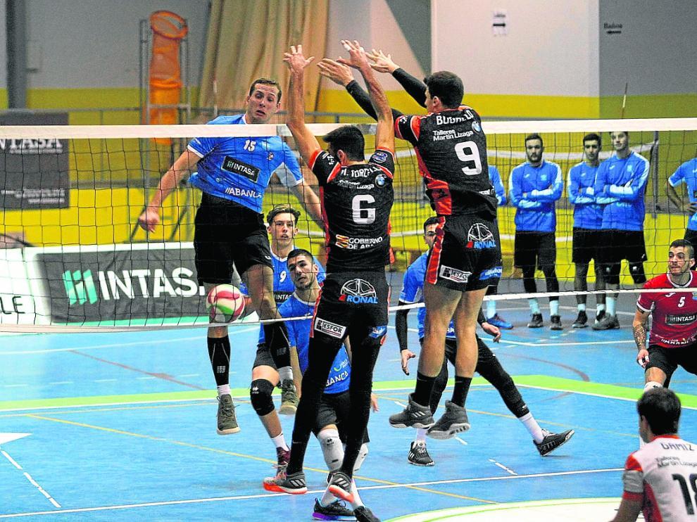 Bloqueo del CV Teruel en el partido de Superliga disputado ante el San Sadurniño