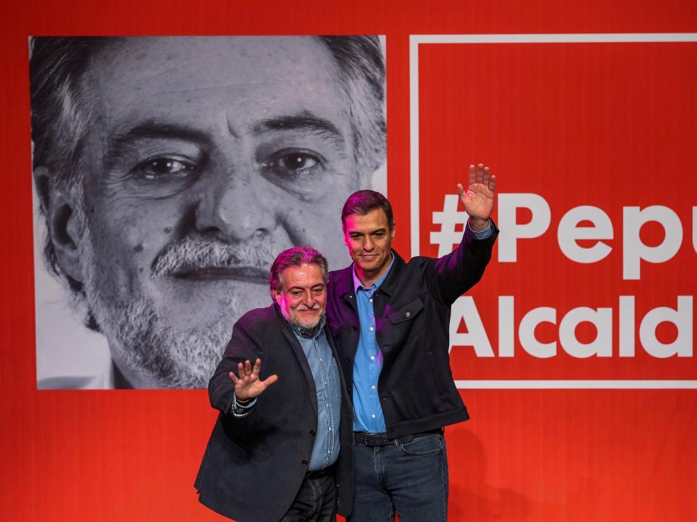 El presidente del Gobierno y secretario general de los socialistas, Pedro Sánchez (d), presenta la precandidatura del exseleccionador de baloncesto Pepu Hernández (i) a las primarias del PSOE para ser el candidato a la alcaldía de Madrid, en un acto celebrado en el Teatro de La Latina.