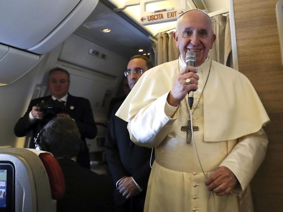 El Papa Francisco durante el vuelo que le llevaba a Abu Dabi.