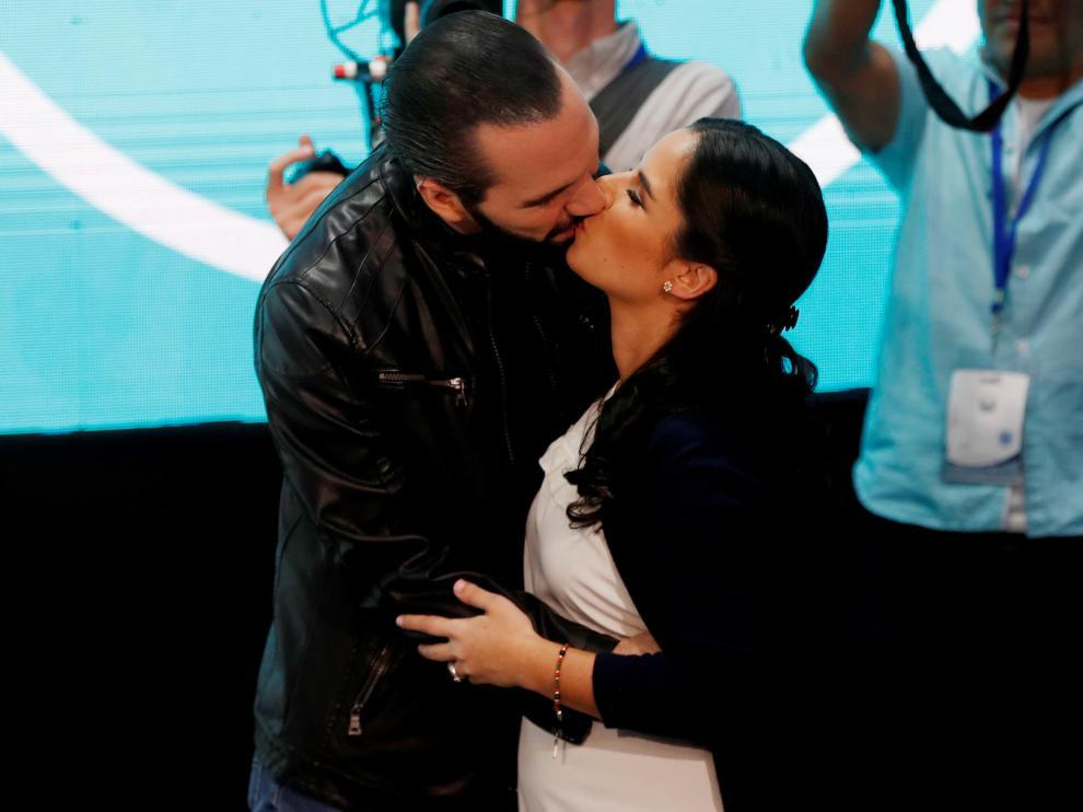Nayib Bukele besa a su mujer tras conocer su triunfo electoral.