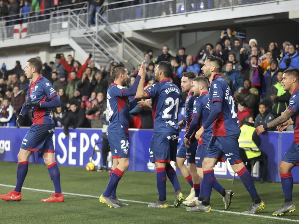 Los jugadores de la SD Huesca celebran uno de los cuatro goles al Valladolid.