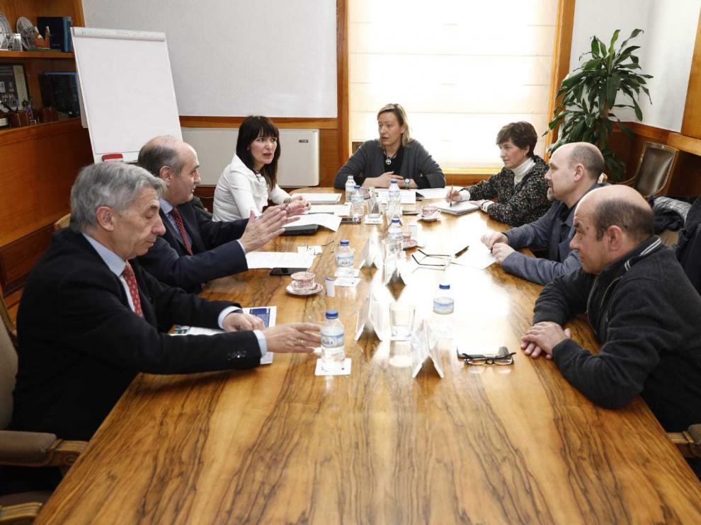 Sindicatos y empresarios se han reunido con la consejera de Economía Marta Gastón en el edificio Pignatelli.