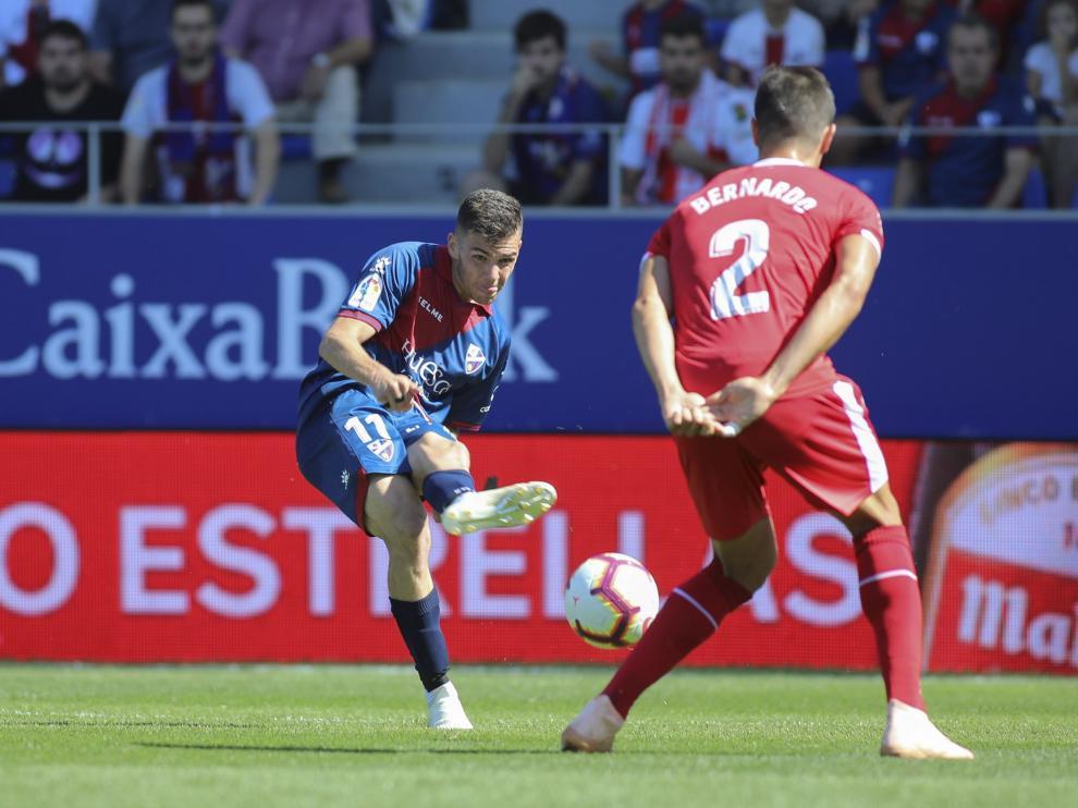 Álex Gallar golpea la pelota ante Bernardo en el Huesca-Girona de la primera vuelta.
