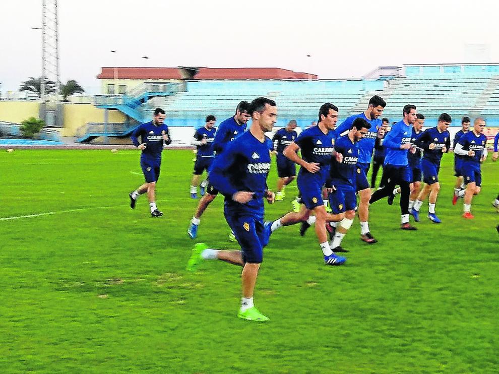 El equipo zaragocista se entrenó a última hora de la tarde de este domingo en el estadio de Maspalomas, al sur de la isla, nada más llegar a Gran Canaria en avión