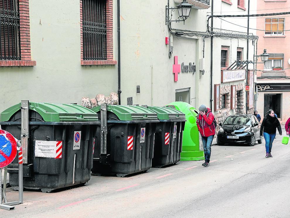 Contenedores de residuos urbanos en la calle San Miguel, en el Centro Histórico.