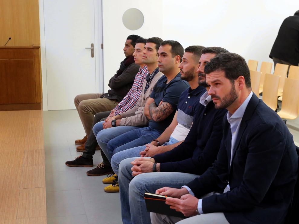 En el banquillo de sientan los seis militares y la presunta víctima (al fondo), también denunciada