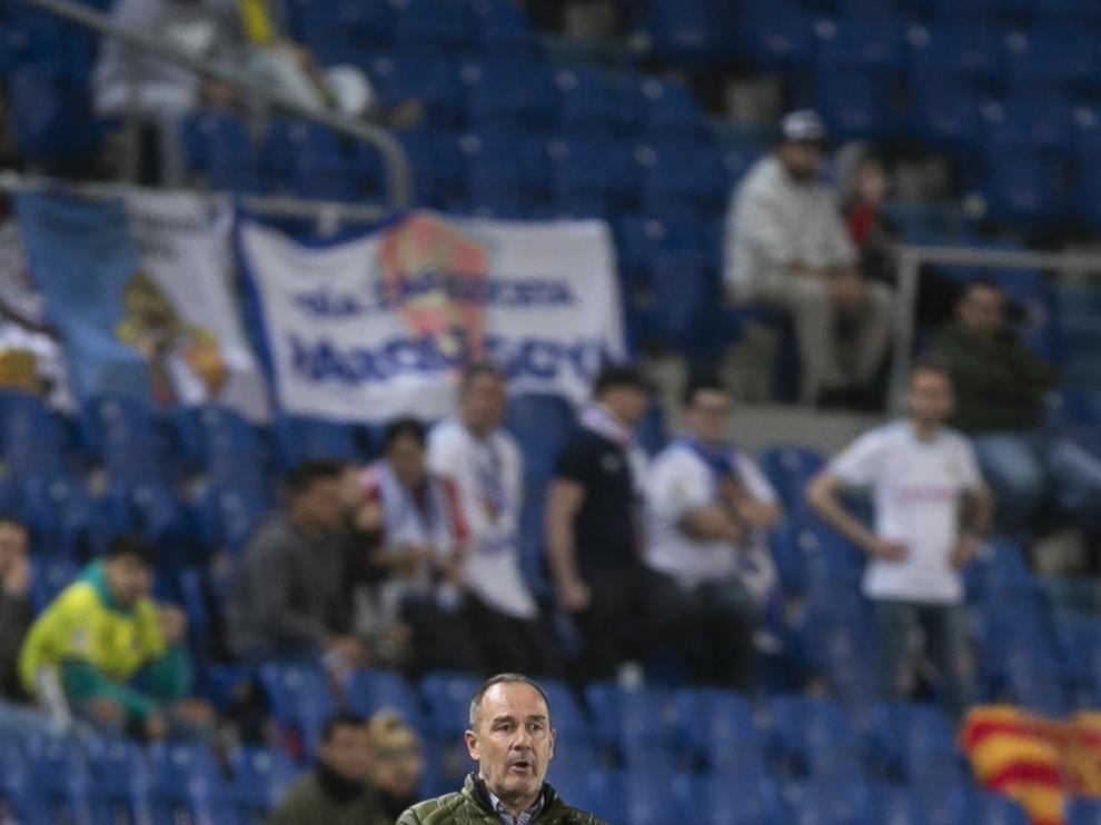 Víctor Fernández dando indicaciones a sus jugadores en el Estadio de Gran Canaria