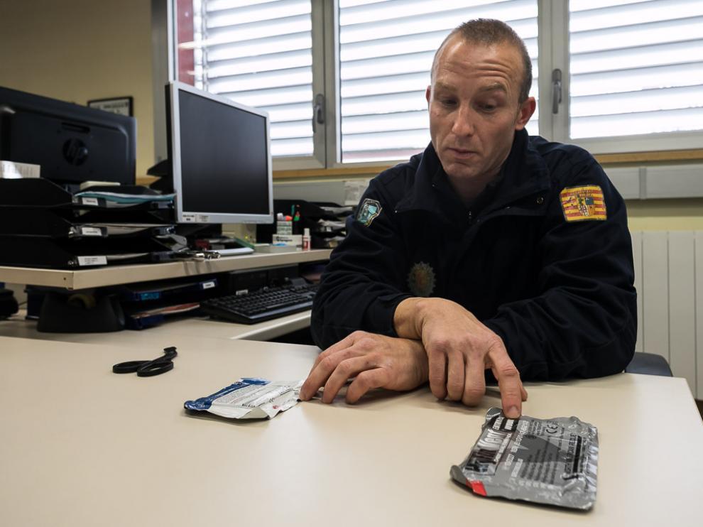 El policía local de Zaragoza Raúl Gurrea muestra los parches que utilizó para asistir al acuchillado.