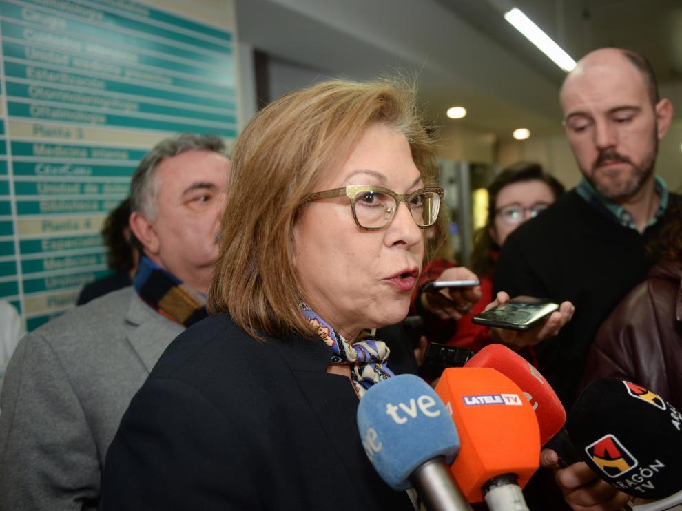 La consejera de Sanidad, Pilar Ventura, atendido a los medios durante su visita al hospital de Teruel.