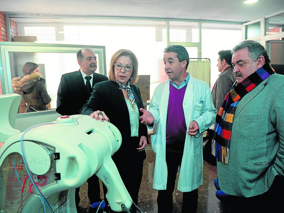 La consejera de Sanidad, Pilar Ventura, junto a la máquina de radioterapia intraoperatoria.