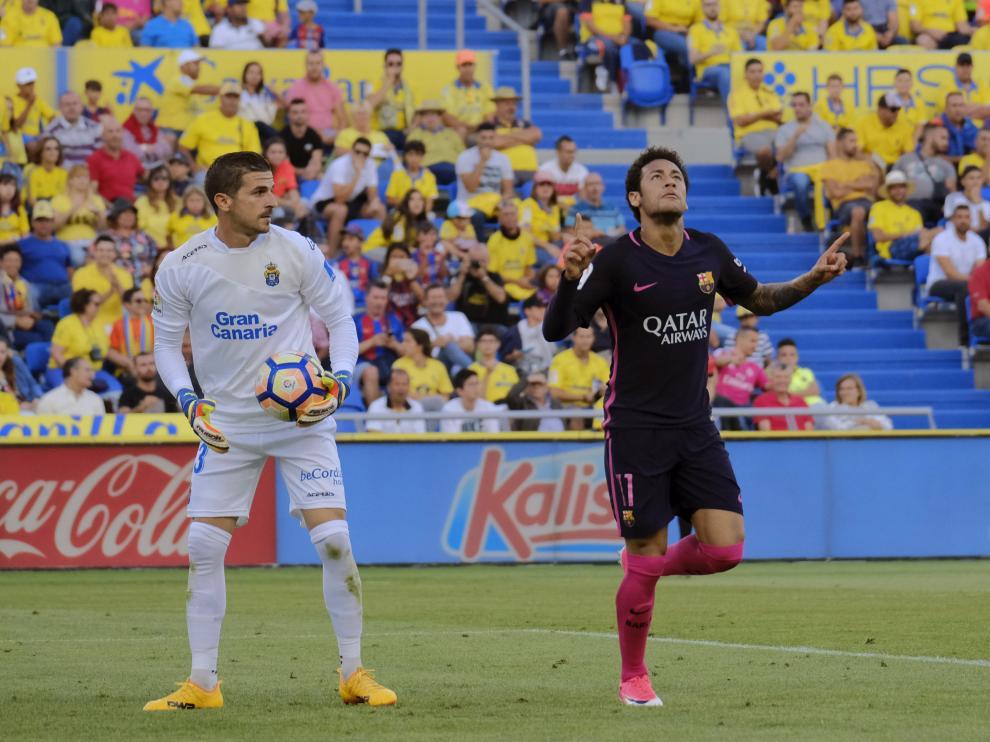 Javi Varas, durante su etapa en Las Palmas en un partido ante el FC Barcelona.