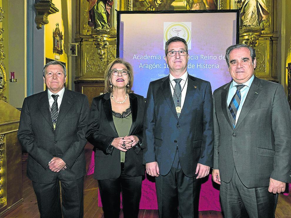 Santiago Andrés, Pilar Ventura, Ramón Jordán y Jesús Aguilar, durante la celebración del décimo aniversario de la Academia de Farmacia.