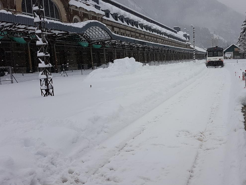 El último tren que pudo llegar a Canfranc desde Jaca lo hizo el miércoles por la mañana. Por la tarde se cerró la vía.