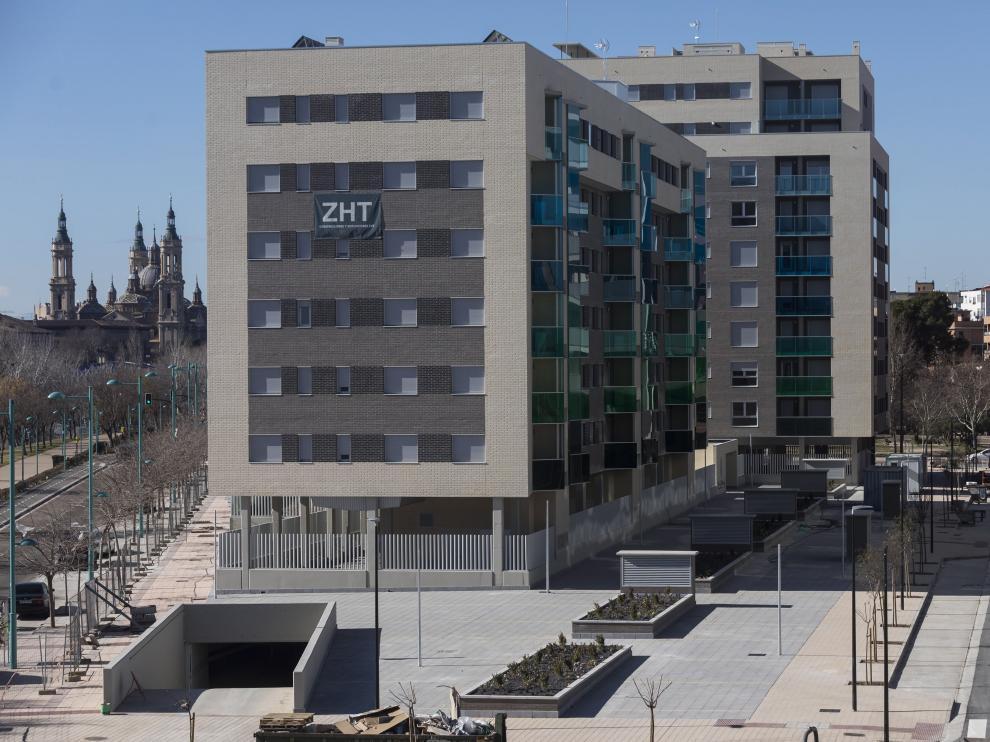 A la izquierda del nuevo bloque, el paseo de la Ribera; a la derecha, la nueva calle Ana Laguna.
