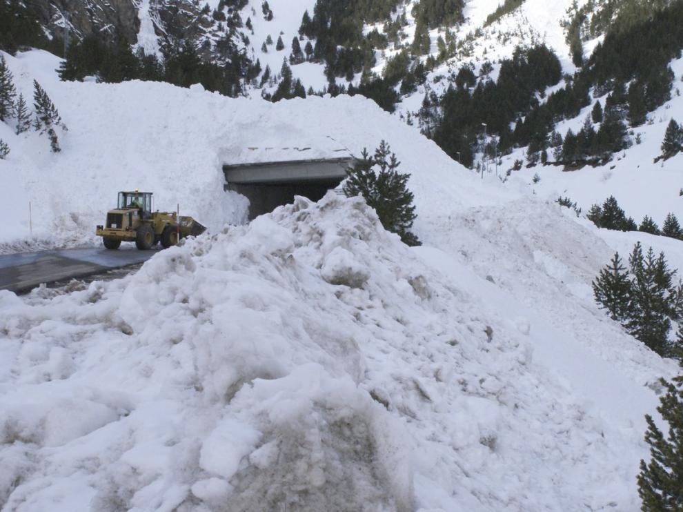 Imagen de archivo de un alud que cayó en 2010 en la carretera del túnel de Bielsa.