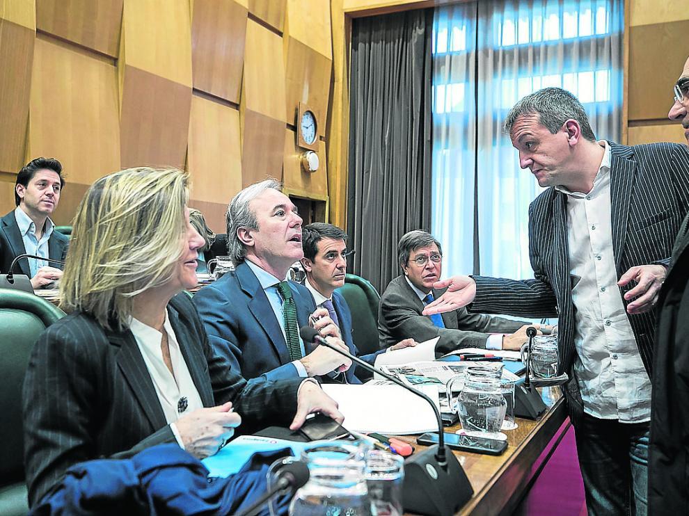 El concejal de Economía, Fernando Rivarés, en el pleno del pasado viernes junto a Jorge Azcón.