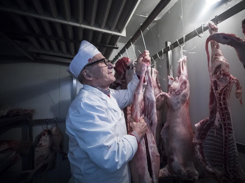 El carnicero y ganadero epilense Cecilio Callejas, en la cámara de su establecimiento.