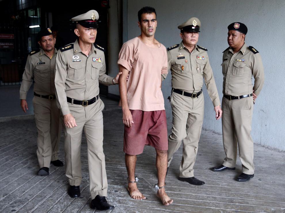 El futbolista bareiní Hakeem al Araibi caminando con unos grilletes en los tobillos a su llegada al juzgado de Bangkok,