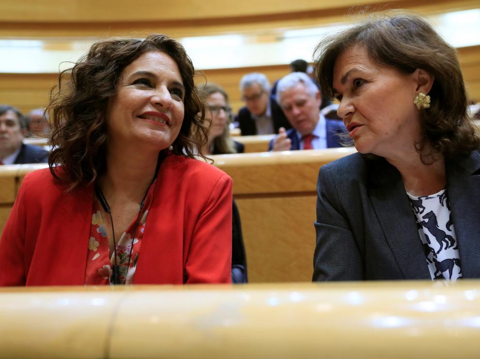 La ministra de Hacienda, María Jesús Montero, junto a la vicepresidenta del Gobierno, Carmen Calvo.