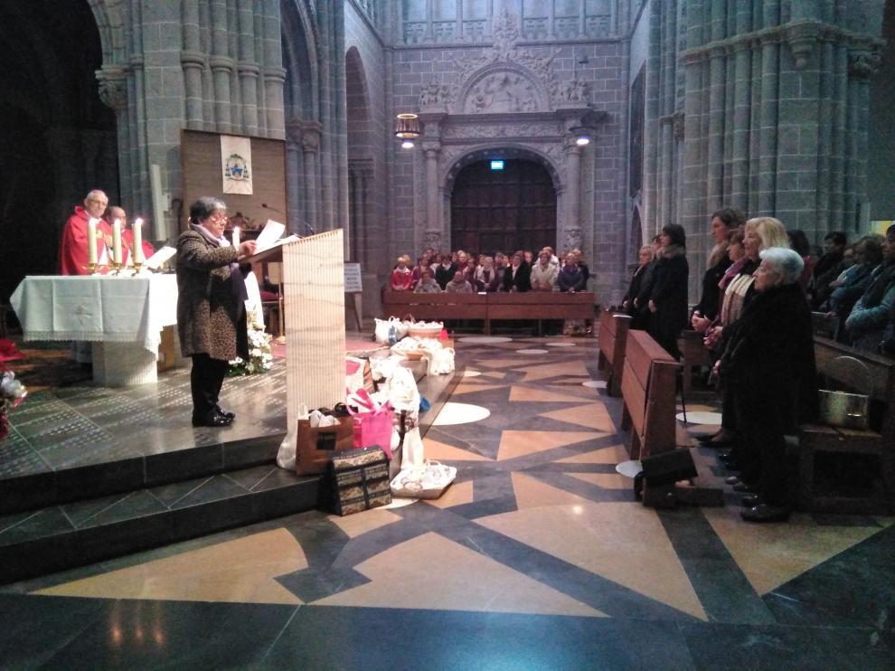 Los pasteles se han depositado a los pies del altar.