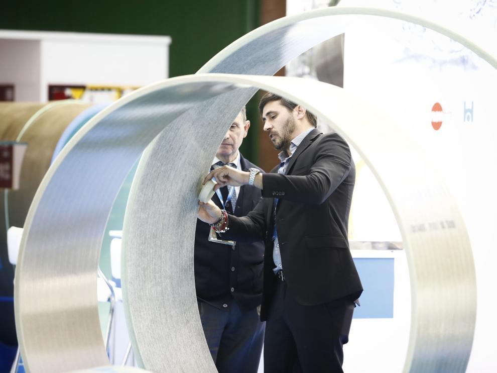 Unos visitantes observan la tecnología expuesta en Smagua