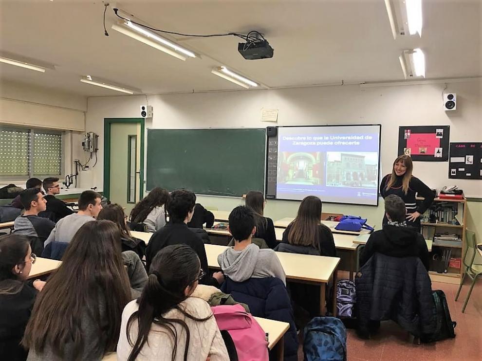 La profesora de Psicología del Campus de Huesca Eva Lira en la sesión que ha tenido lugar este 6 de febrero en Fraga.