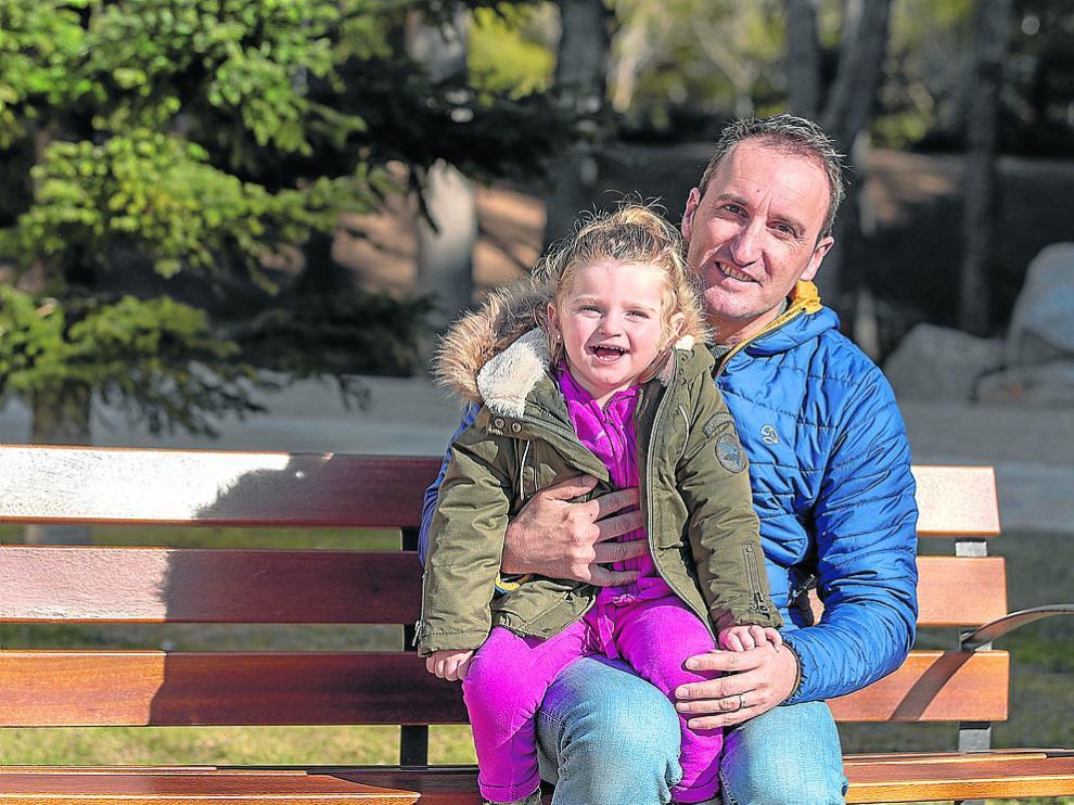 David Utrillas, con su hija Martina, en el parque de Los Fueros de Teruel.