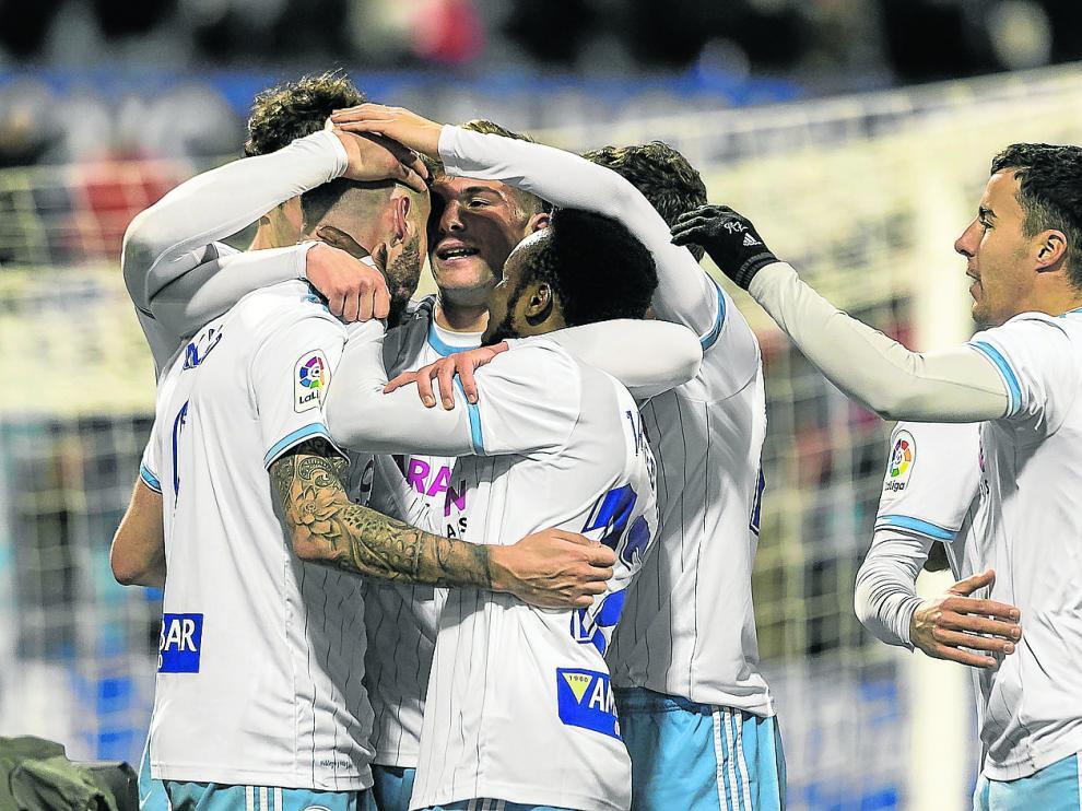 Los jugadores zaragocistas celebran uno de los dos goles frente al Oviedo en La Romareda.