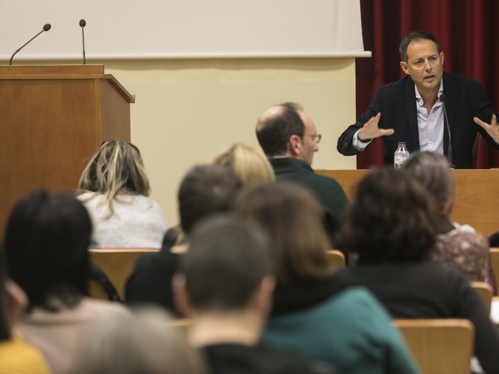 El director general de Innovación Educativa de la DGA, Toni Martínez, en una reunión informativa con colegios públicos sobre el banco de libros celebrada el pasado enero.