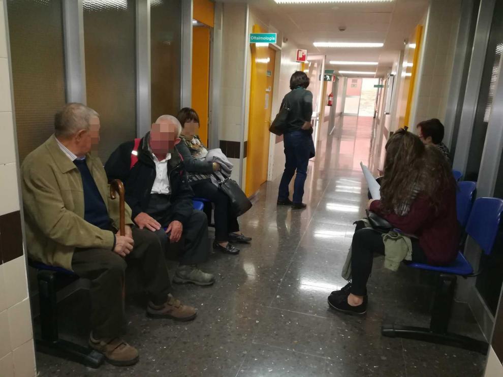 Varias personas esperan turno el Oftalmología, en el Hospital Obispo Polanco de Teruel.