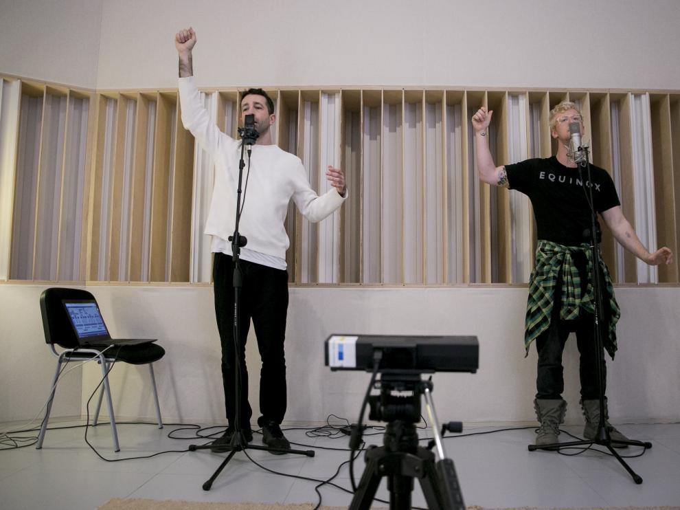 Santiago Latorre (izda.) y Colin Self trabajan en el estudio de Etopia, en su nuevo proyecto de voz y movimiento.