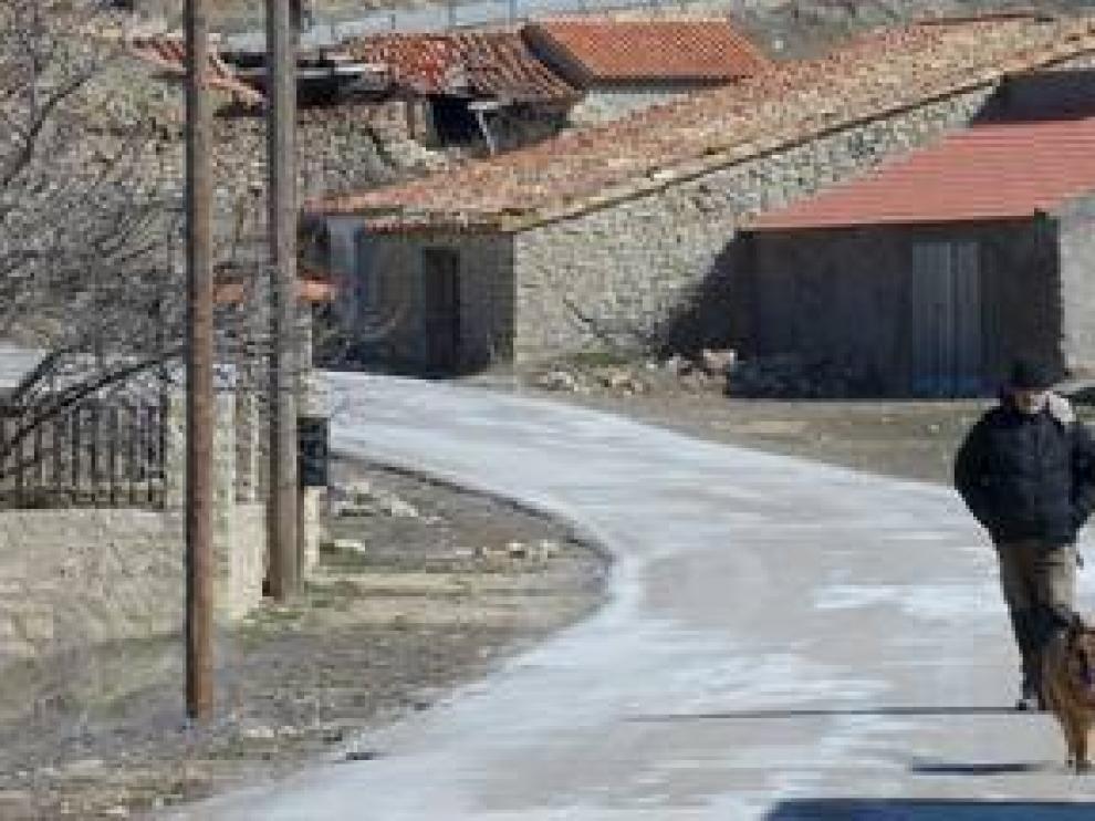 Dos hombres caminan por la carretera de Saldón, municipio turolense que solo cuenta con 10 vecinos