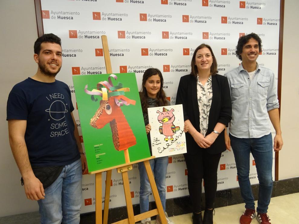 La concejala María Rodrigo junto a los ganadores del concurso del cartel adulto (Enrique Monzón) e infantil (Carolina Ladrero), además de Sergio Rodrigo, de Mumo