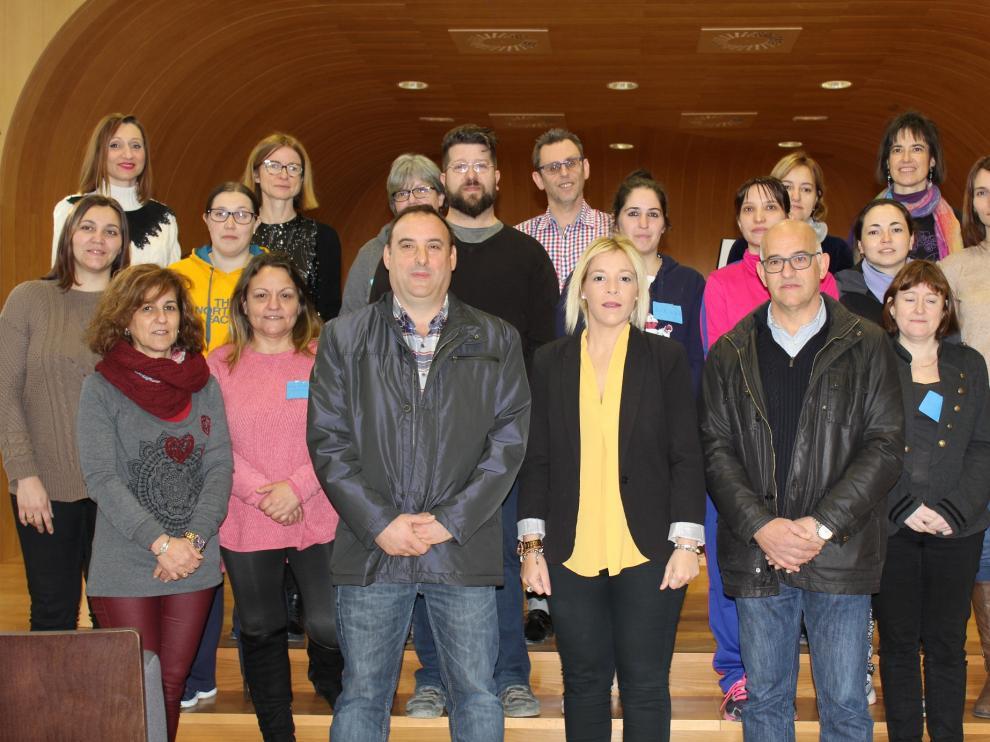 Imagen del alumnado junto al equipo docente así como a los responsables políticos de la Comarca de Los Monegros.