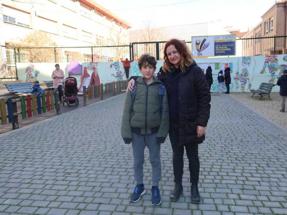 Eva y su hijo Leo, alumno de 61 del colegio Tenerías