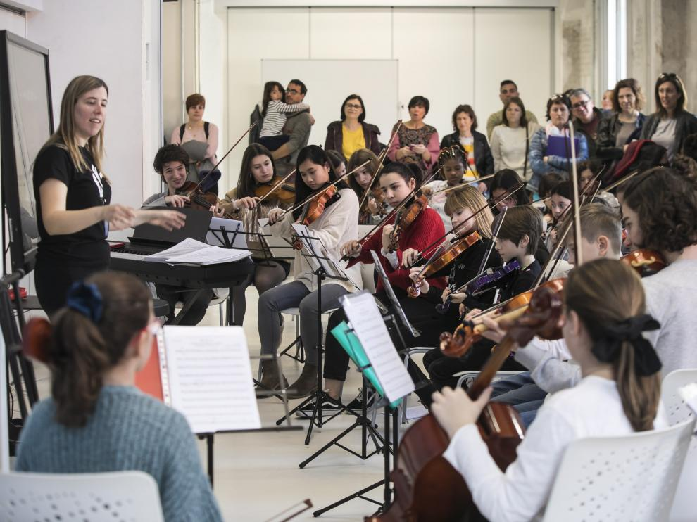 Kira Rivarés dirigiendo a la Orquesta Escuela Social, ayer en la Harinera.