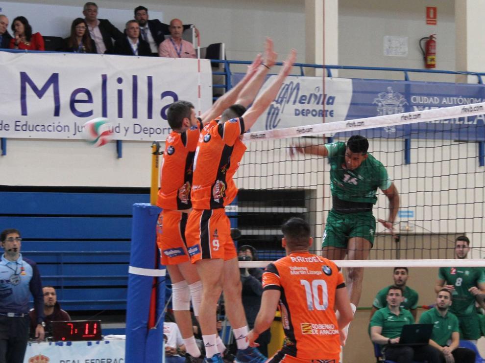Fayola remata ante el bloqueo de Radunovic y Bugallo, en la final de este sábado.
