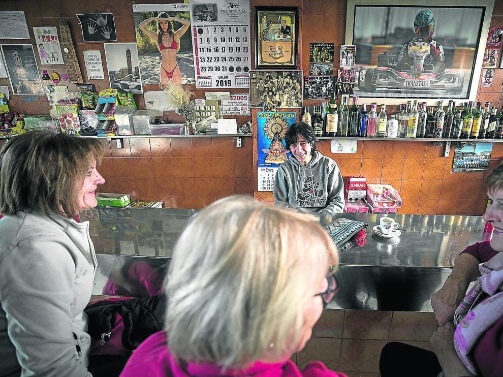 Reyes Gracia atiende con una sonrisa a sus clientas tras la barra del bar Nicol, bastión de Plenas en el aspecto de la socialización.