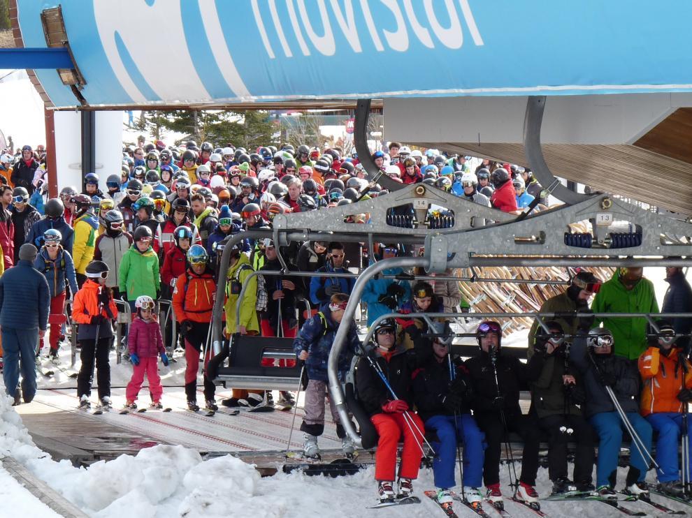Miles de esquiadores disfrutaron de un gran día en Formigal-Panticosa pese a las colas en los remontes