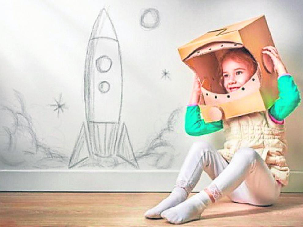 Niña disfrazada de astronauta.