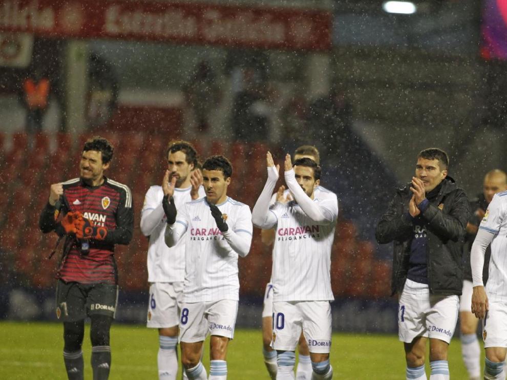 Los jugadores del Real Zaragoza celebran en Lugo el triunfo por 1-2 bajo el intenso aguacero que cayó toda la noche en el Anxo Carro.