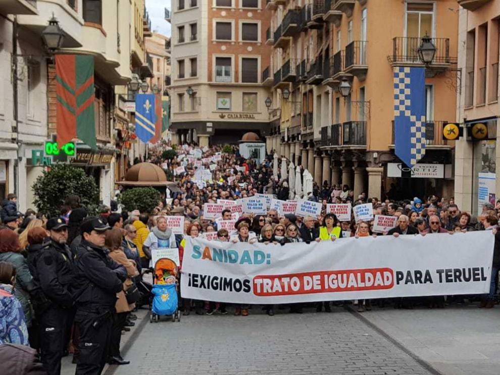 La manifestación para reclamar una mejor sanidad en Teruel, a su paso por la calle de San Juan.