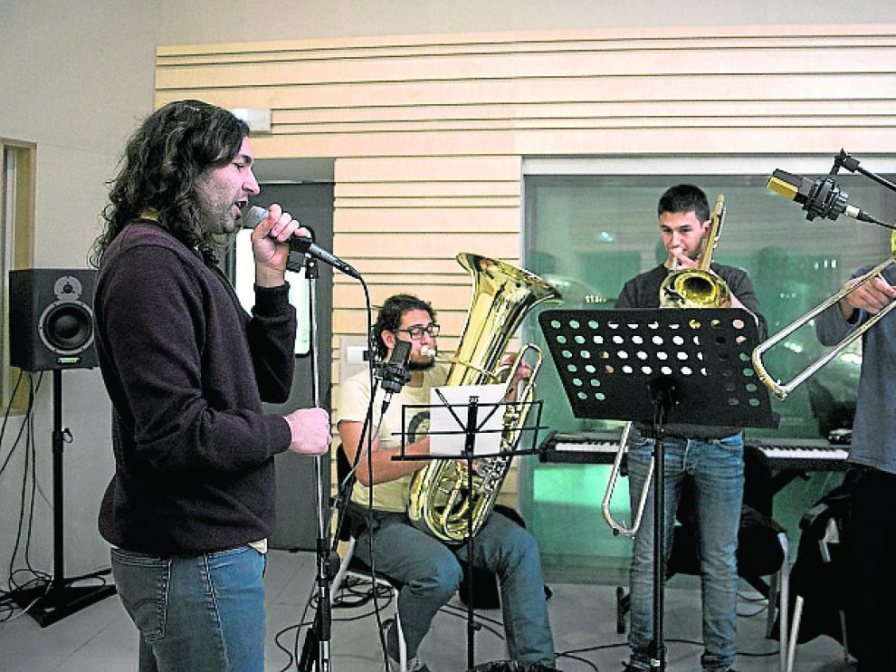 Jorge Landrija, cuya beca concluye el próximo 28, ensaya con una orquesta de viento su tema experimental 'Vacaciones'.