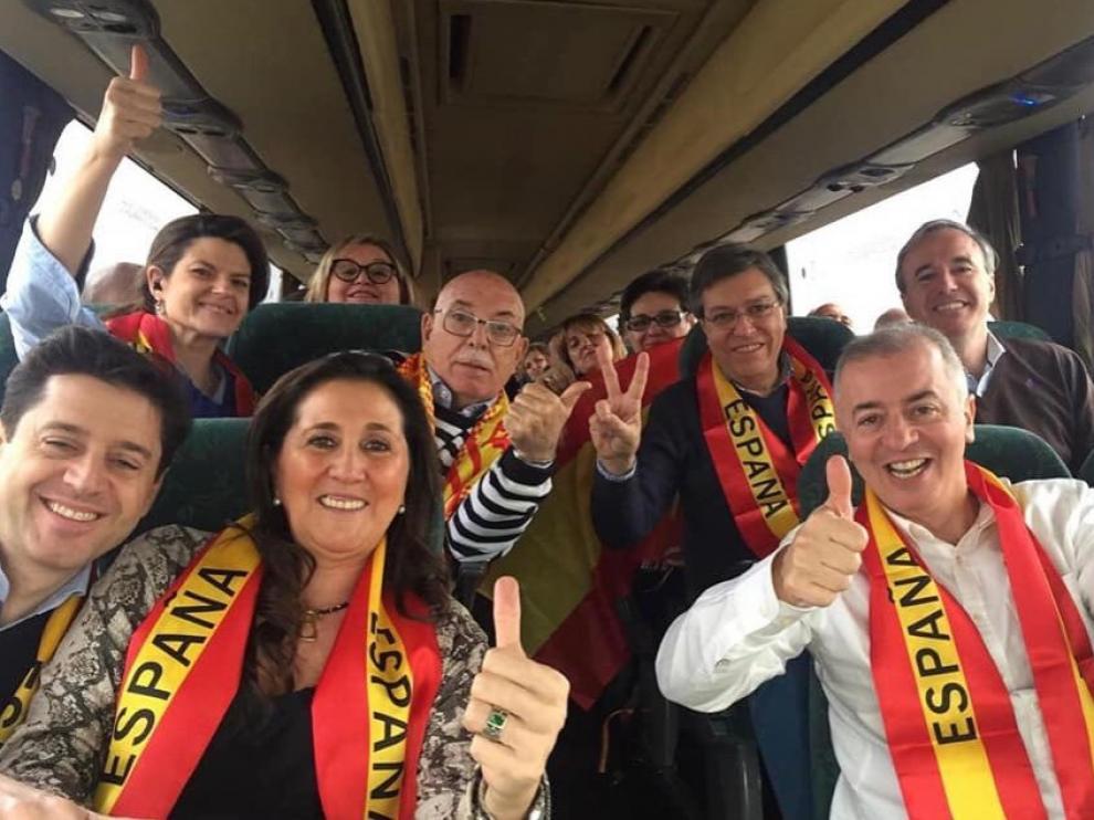 Dirigentes del PP en Aragón, en uno de los autobuses fletados para acudir a la manifestación en Madrid bajo el lema 'Por una España unida, elecciones ya'.