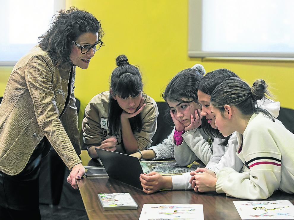 Berta Sáez, decana de la Facultad de Ciencias de la Salud de la Universidad San Jorge, con varias alumnas durante el taller '¡Vamos a contar científicas!'