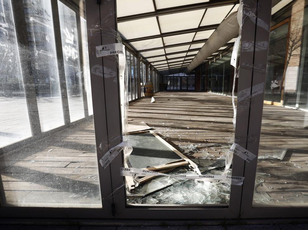 Destrozos en uno de los quioscos acristalados frente al Auditorio