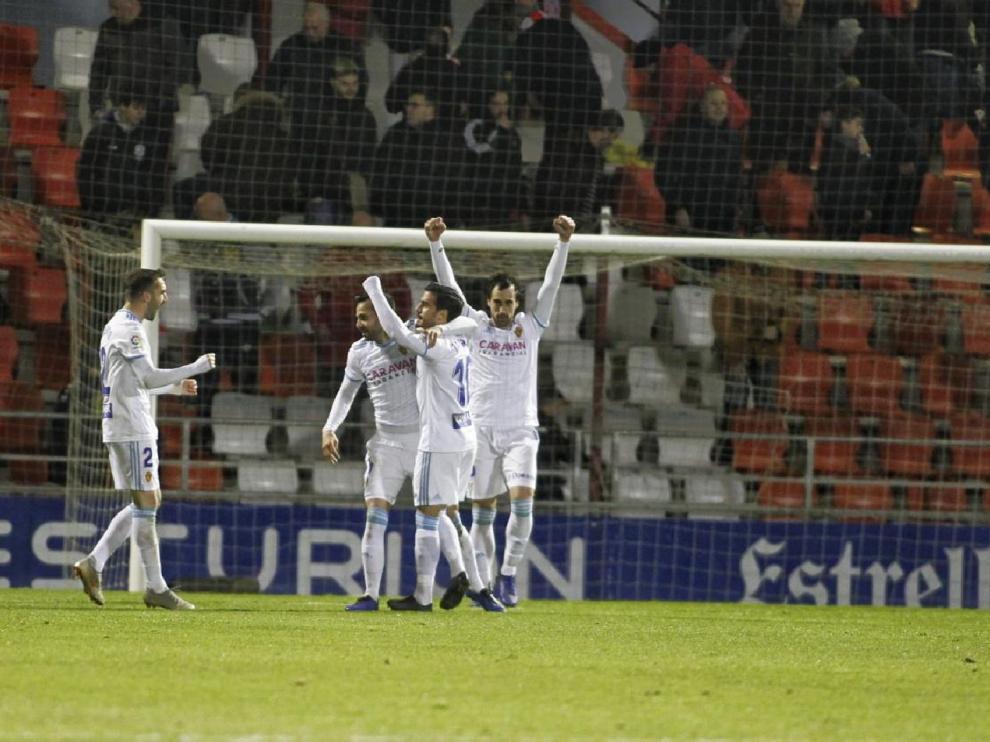 Los jugadores del Real Zaragoza celebran el triunfo de este sábado en Lugo nada más pitar el final del partido el árbitro.