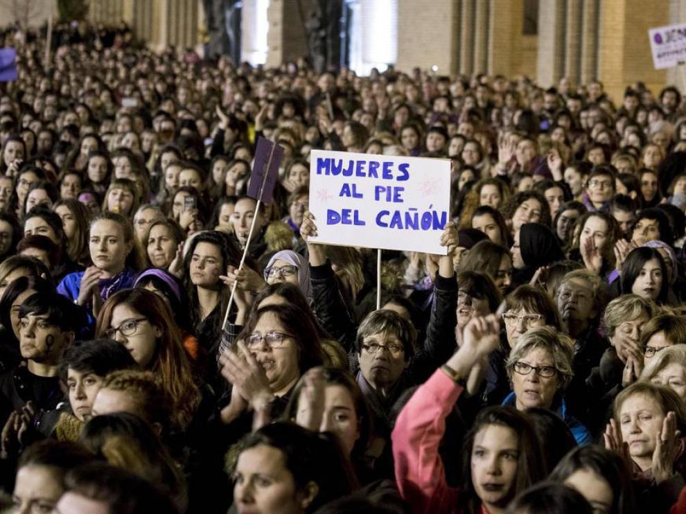 Un grupo de mujeres porta una pancarta en la manifestación del año pasado en Zaragoza