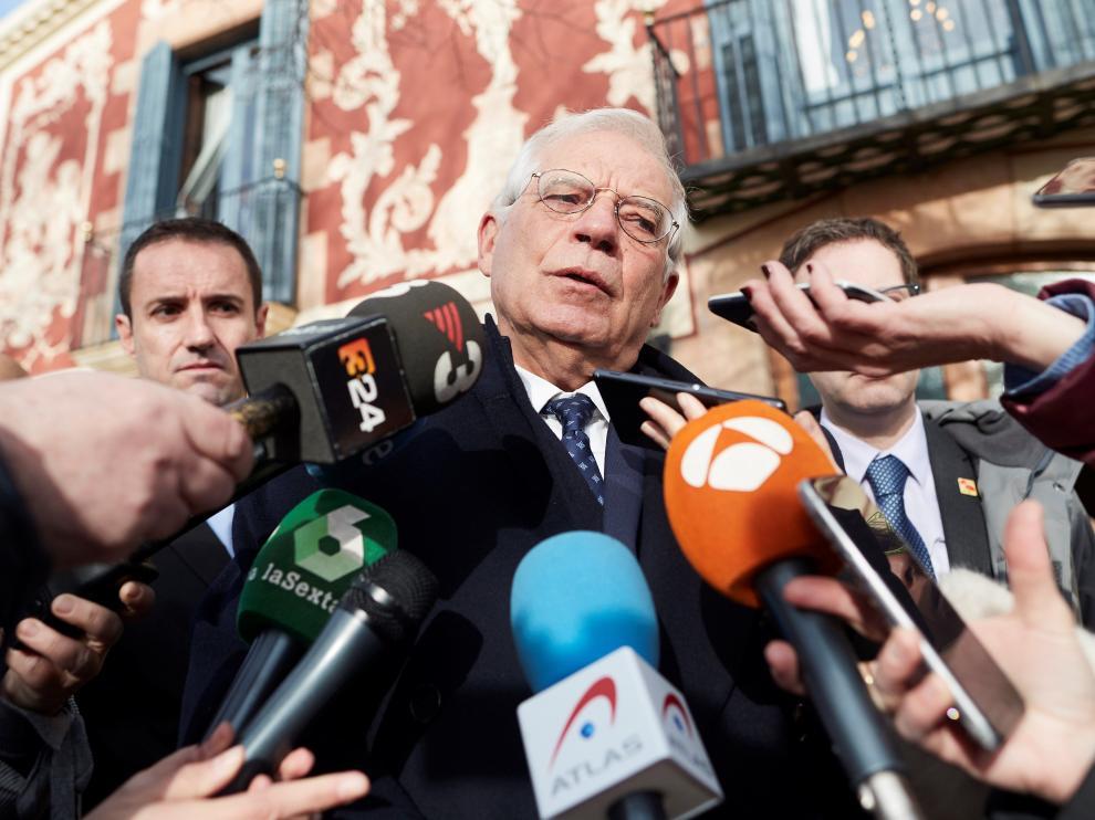 El ministro de Asuntos Exteriores, UE y Cooperación, Josep Borrell, atendiendo a los medios.